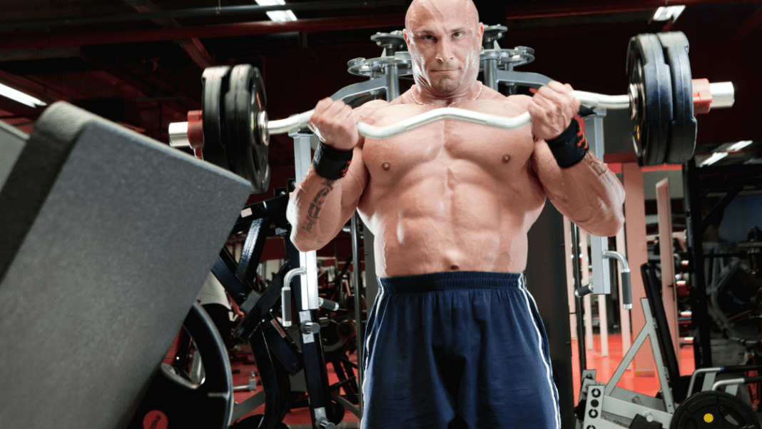 squeeze muscle lifting weights